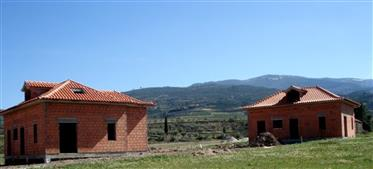 Villa Avec 150 M2 Et 5 Chambres. Projet Pour Villas. Terrain Avec 9 Ha Et Etables