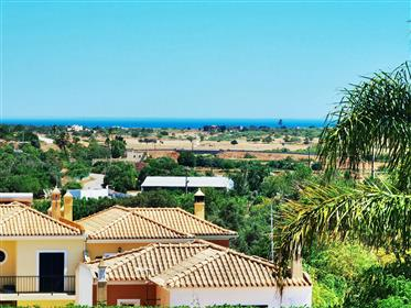 Villa F4 + 1 avec piscine jardin et garage à Alcantarilha Algarve