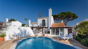 Kalema est une maison de ville de deux chambres avec piscine