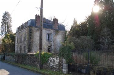 A large maison de Maitre in really bad condition.