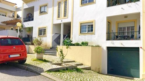 Apartamento de rés-do-chão inserido num condomínio privad