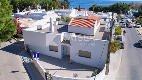 Moradia remodelada de 4 (3+1) quartos com vista para o mar