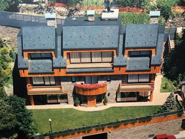 Villa spectaculaire dans le meilleur quartier résidentiel d'Andorre-la-Vieille.