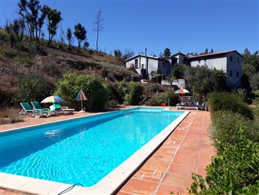 Maison spacieuse avec piscine et entrepôt.