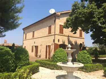 Villa med pool i Castelleone di Suasa