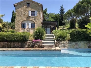 Casa de piedra con piscina de Sant'Angelo en Pontano