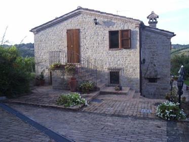 Casale in pietra nelle immediate vicinanze del paese