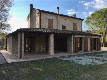 Casale ristrutturato non lontano da Serrungarina