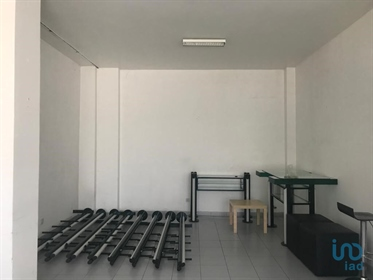 Shop for commerce, with 35.5 m2, with a window and entrance to the outside, located in the