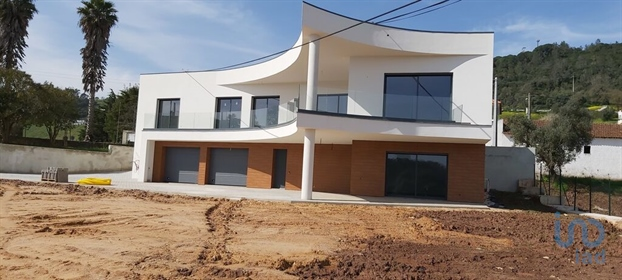 Magnificent 4 bedroom villa with modern construction, located in a very privileged area ov
