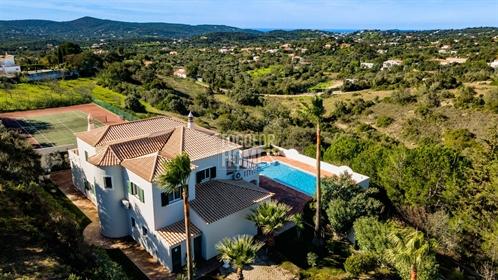 5 Sz Villa mit Tennisplatz und Meerblick auf großem Grundstück in der Nähe von Loulé