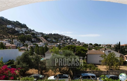 Great apartment a few minutes from the seafront, the beach and close to all amenities. It