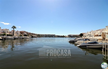 This beautiful 49 square meter apartment has an impressive view of Sant Maurici lake from