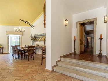 7 bedroom villa, implanted in a 1730 sqm lot, with a 499 sqm construction´s area, inserted