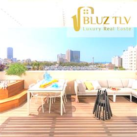 A Vendre: Penthouse-Duplex magnifiquement conçu à quelques pas de la plage de Tel Aviv