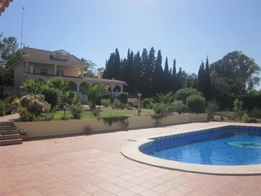 Das Hotel liegt in Malaga in der Nähe eines Einkaufszentrums. Es befindet sich im Süden de