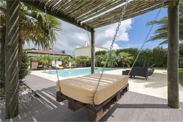 Moderne villa met uitstekende outdoor onderhoudende ruimte