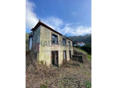 Moradia T2 em ruínas no Porto da Cruz