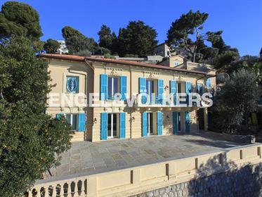 Cette villa idéalement située dans un quartier calme et résidentiel du Cap Ferrat, à 50 m ...