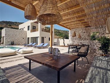 Une villa abritée et sans vent de 4 chambres avec piscine à vendre à seulement 150m de la plage