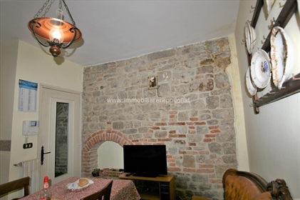 Lucignano vendesi nel centro storico appartamento di mq 144