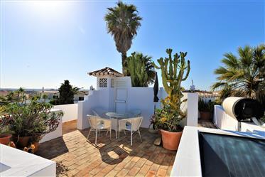 Villa confortable, qui a conservé son charme traditionnel, est divisée en deux étages.