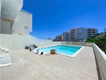 4 chambres rénovée et spacieuse villa de ville avec piscine et garage, Lagos