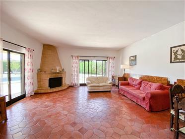 Einstöckige Villa mit 3 Schlafzimmern auf einem 1040 m² großen Grundstück, nur einen kurzen Spazierg