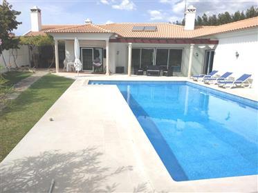 Moradia V4 com piscina em lote de 1.600m2 - arredores da cidade de Rio Maior