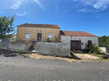 Casa antiga com anexos / arrecadações e terreno - a 15 minutos das Caldas da Rainha