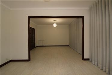 Moradia com, 4 quartos remodelada e loja de comercio a face da N201