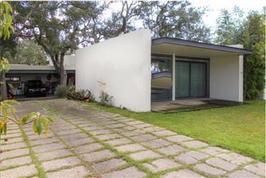 Moradia com Arquitectura Moderna , inserida  num comdominio Privado com campode Golf com 18 Buracos