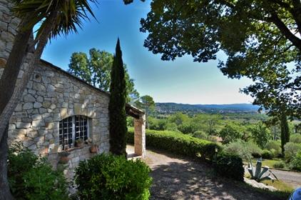 Magnifique Mas provençal en pierre avec piscine et vue dégagée