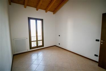 Zocca, ampio duplex con tre stanze da letto e balcone panoramico