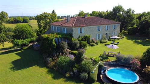 Superb Gascon Stone House with Stunning Mountain Views, Infinity Pool, Garden and Woods of 1.5ha. Qu