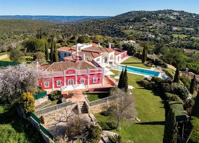 Duas villas, duas piscinas em um único campo