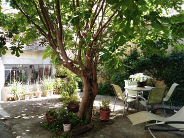 Coeur La Châtre, sur une place commerçante et au calme, Grande maison et locaux...