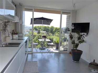 Apartment renovated by architect on the top floor south facing with open view