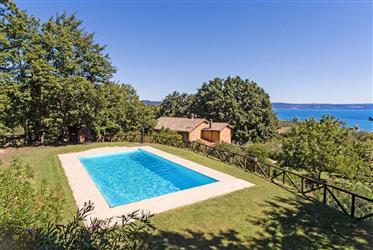Graziosa villa con vista sullo splendido lago di Bolsena.