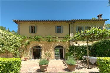 Antico mulino in vendita a San Gimignano in Toscana.
