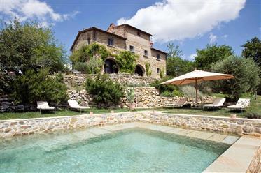 Casale restaurato con piscina nel cuore del Chianti
