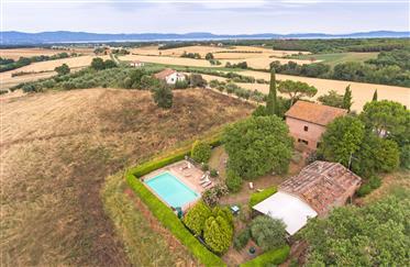 Vendesi incantevole casale con piscina panoramica in Umbria