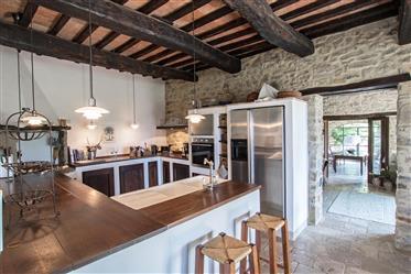 Due splendidi casali in pietra con piscina a Passignano sul Trasimeno, Umbria.