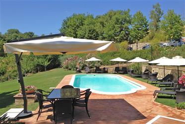 Vendesi affascinante casale con piscina tra le colline di Mo...
