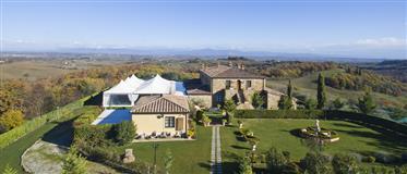 Vendesi elegante struttura ricettiva con piscina in Toscana.