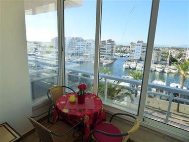 """Gezellig appartement in de """"Yacht Club"""" met uitzicht op de haven."""