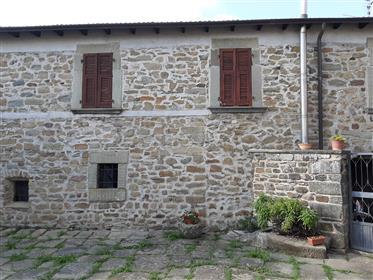 Casa ristrutturata in pietra e giardino , con prezzo da Favola in Lunigiana !!!!