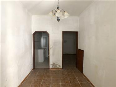 Apartamento para renovar na Mouraria/Graça