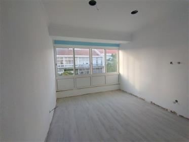 Apartamento com área bruta de 82 m² totalmente renovado