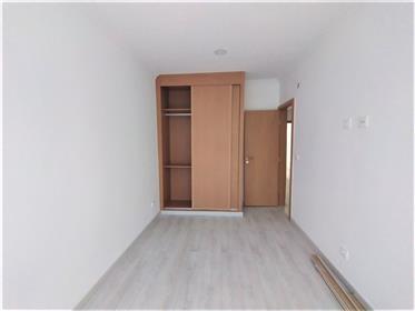 Apartamento com área bruta de 83m² junto ao metro António Gedeão